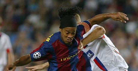 Ronaldinho: Holds off defender