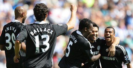Chelsea celebrate Deco's goal