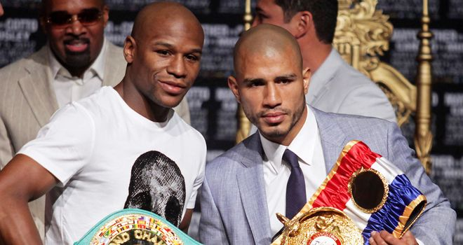 Miguel Cotto (R) Lost no caste in defeat to Mayweather earlier this year