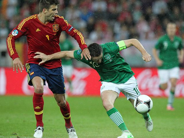 Keane tries to move away from Pique.