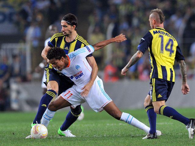 Marseille's Loic Remy holds off Ali Kaldirim