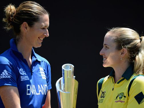 Edwards (l) and Australia&#39;s Jodie Fields pose with the trophy