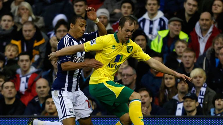 Peter Odemwingie (L) battles for the ball with Steven Whittaker