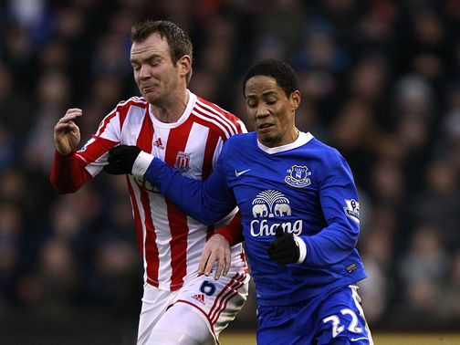 Glenn Whelan and Steven Pienaar battle for possession