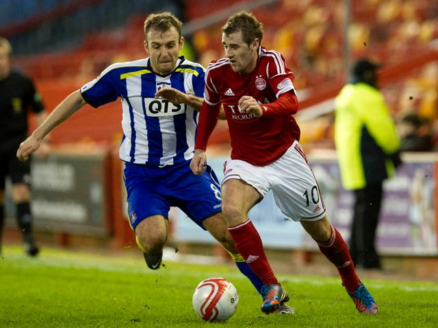 Liam Kelly and Niall McGinn battle for the ball
