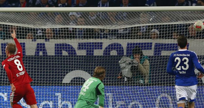 Jan Rosenthal (l) finds the back of the Schalke net