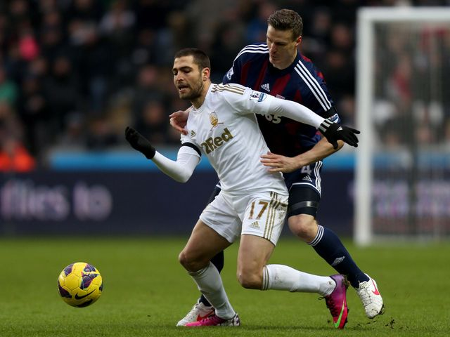 Itay Shechter holds off Robert Huth