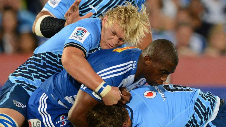 Dewald Potgieter attempts to stop Siya Kolisi in the clash with the Stormers