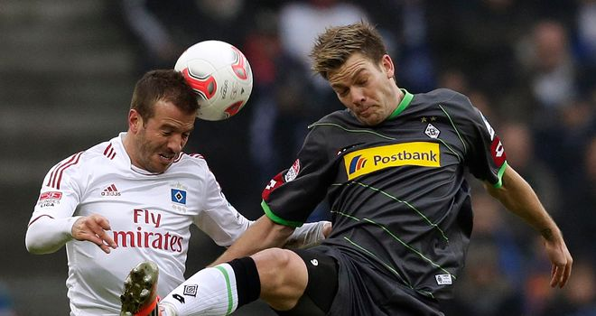 Rafael van der Vaart secured victory for Hamburg.