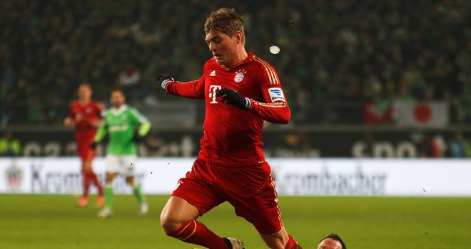 Toni Kroos tries to move away from Jan Polak.