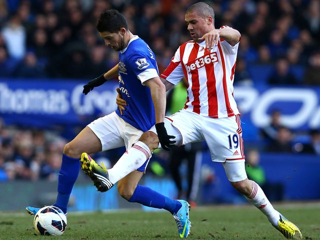 Kevin Mirallas takes on Jon Walters