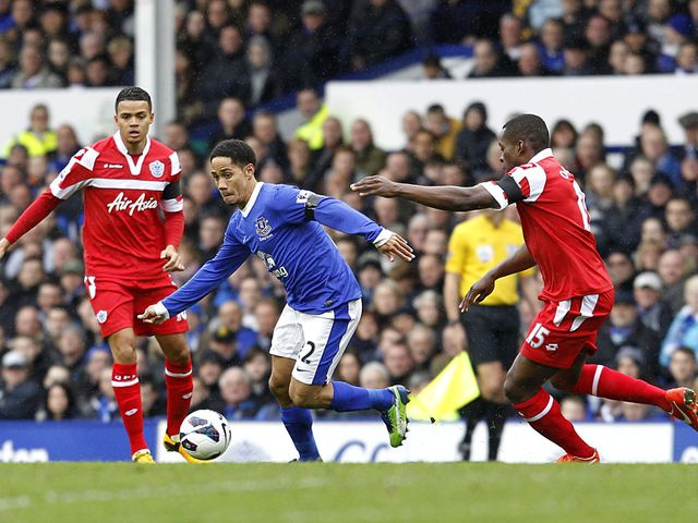 Steven Pienaar and Nedum Onuoha battle for the ball