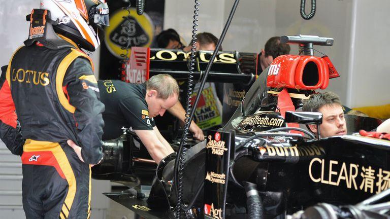 Kimi Raikkonen: Looks on in the Lotus garage