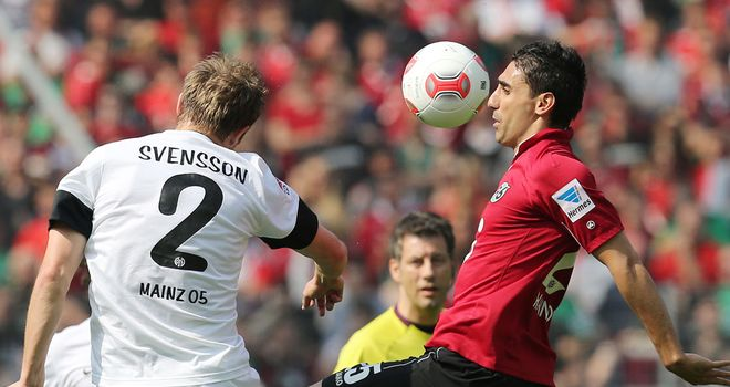 Bo Svensson of Mainz challenges Mohammed Abdellaoue