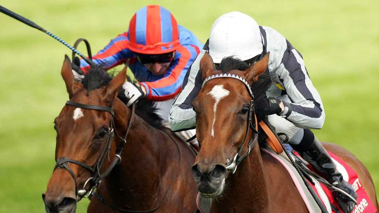 Light Shift wins the Oaks for Sir Henry Cecil in 2007