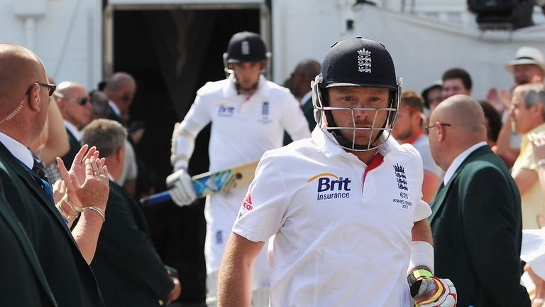 Stuart Broad and Ian Bell resumed their knocks, with Broad on 47 and Bell on 95.