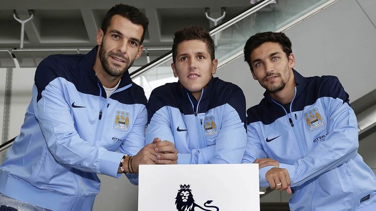 Jesus Navas (r) with fellow Manchester City signings Alvaro Negredo (l) and Stevan Jovetic