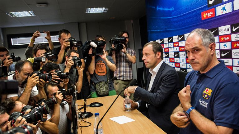 Barcelona president Sandro Rosell (l) and sports director Andoni Zubizarreta announce that Tito Vilanova has stepped down.