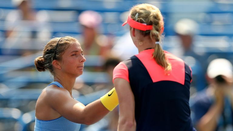 Sara Errani (L) was beaten in straight sets by Ekaterina Makarova