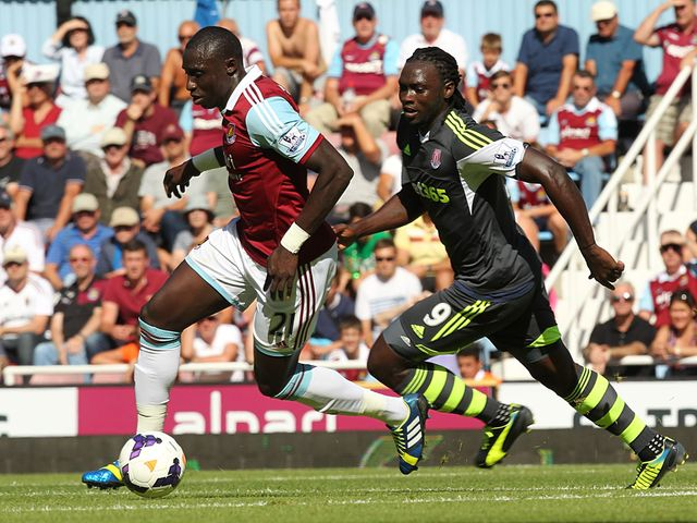 Kenwyne Jones chases Mohamed Diame.