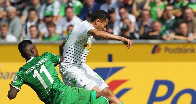 Eljero Elia tackles Juan Arango