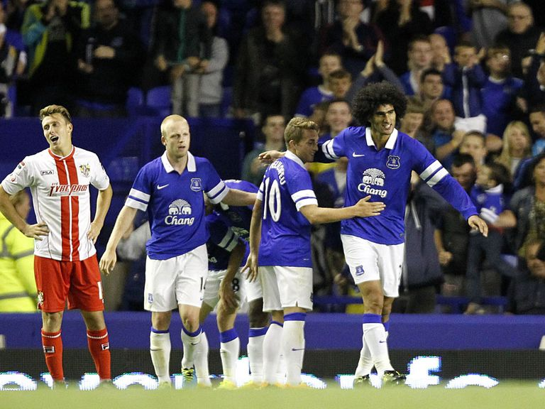 Everton celebrate Marouane Fellaini's late winning goal