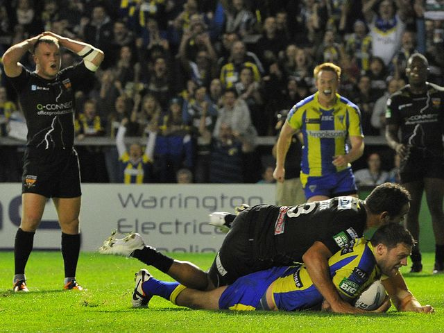 Simon Grix goes in for a Warrington try