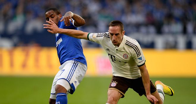 Jefferson Farfan challenges Franck Ribery.