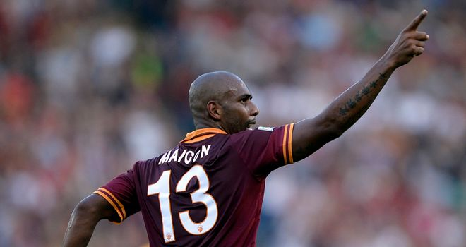Maicon celebrates as Roma take all three points