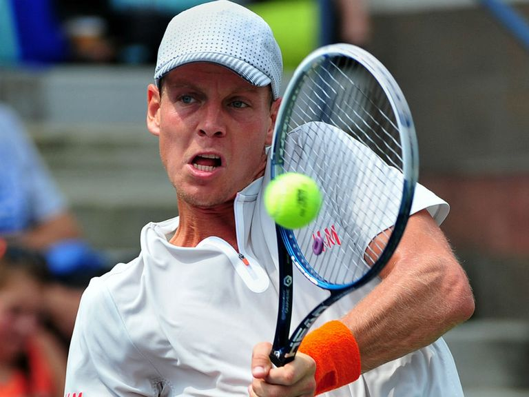 Tomas Berdych en route to victory over Julien Benneteau