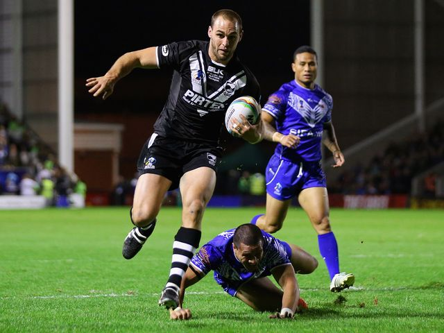 Simon Mannering bursts clear for a try