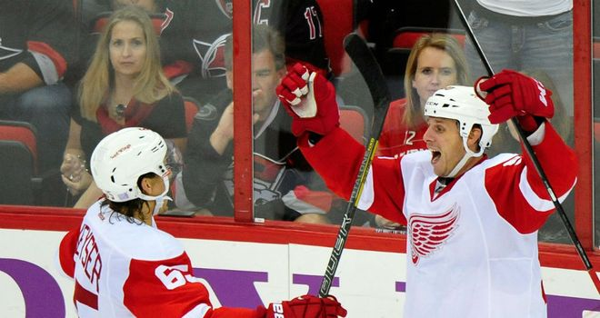 Stephen Weiss (r) celebrates his winning goal for Detroit