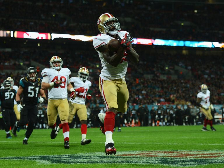Vernon Davis hauls in a touchdown pass