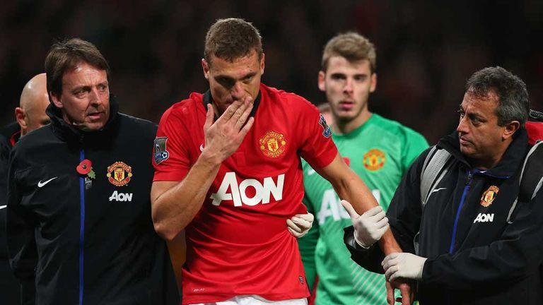 Nemanja Vidic helped off after collision with keeper David de Gea