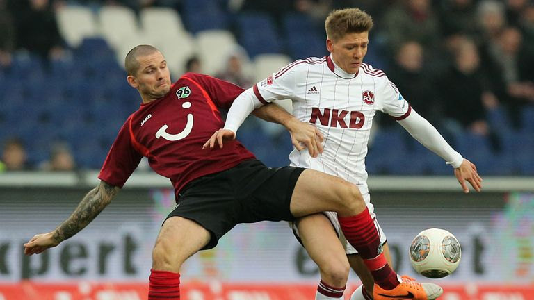 Leon Andreasen and Mike Frantz: Battle for the ball in Nurnberg-Hannover draw