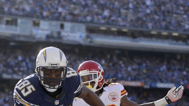 Antonio Gates of the San Diego Chargers scores a touchdown against the Kansas City Chiefs in week 17 of the NFL regular season