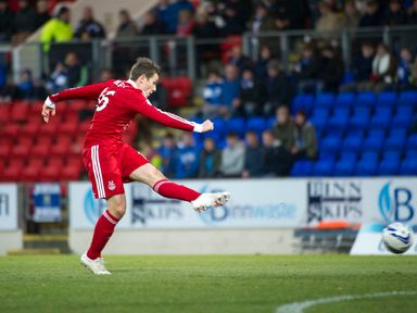 Aberdeen's Peter Pawlett shoots on goal