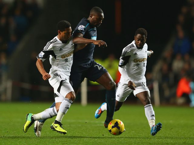 Ameobi tries to get between de Guzman and Dyer