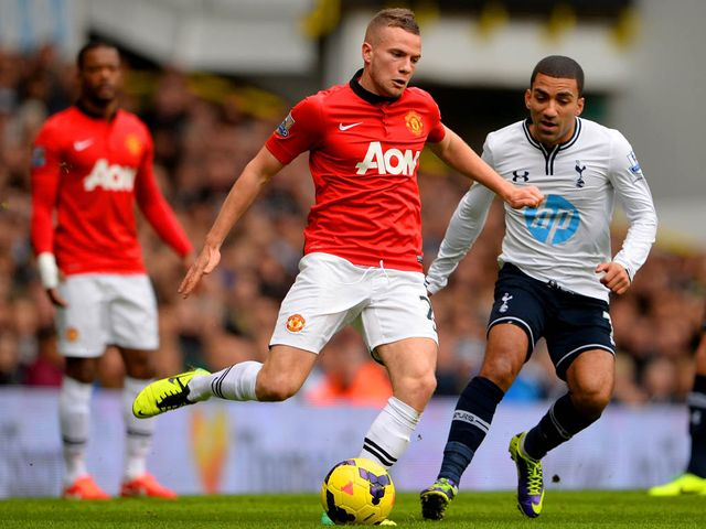 United's Tom Cleverley is closed down by Aaron Lennon