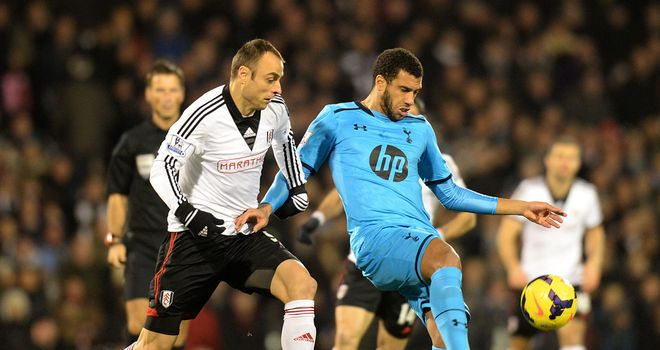 Dimitar Berbatov and Etienne Capoue: Battle for the ball