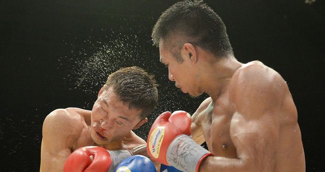 Takashi Uchiyama (R) lands a big right hand on Daiki Kaneko
