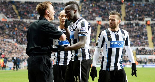 Cheick Tiote argues with referee Mike Jones after disallowed goal