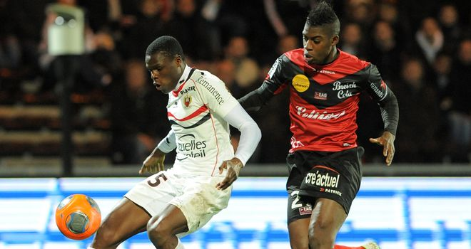 Guingamp forward Mana Dembele vies with Nice's Romain Genevois