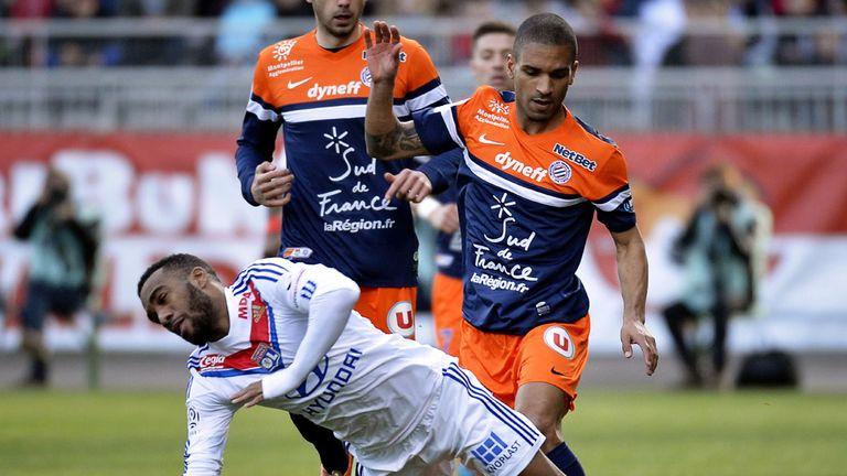 Alexandre Lacazette falls over