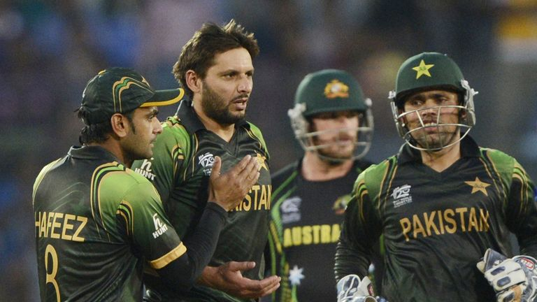 Mohammad Hafeez congratulates Shahid Afridi on taking the vital wicket of Glenn Maxwell