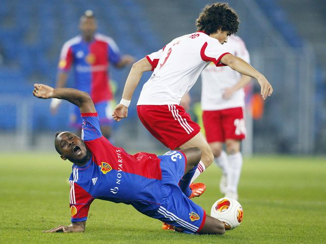 Giovanni Sio vies with Red Bull Salzburg's Andre Ramalho