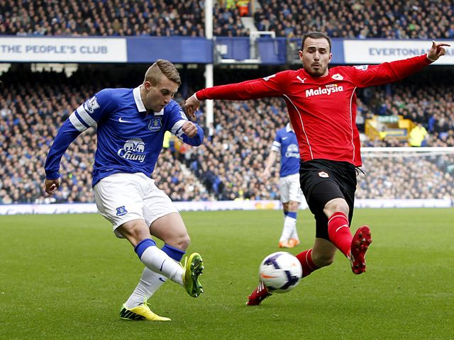 Deulofeu looks to cross the ball under pressure from Mutch
