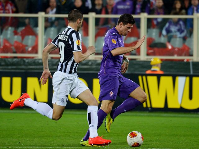 Mario Gomez gets away from Leonardo Bonucci