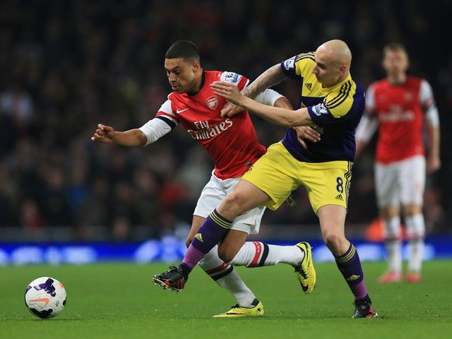 Arsenal's Alex Oxlade-Chamberlain (l) holds off the challenge of Swansea's Jonjo Shelvey