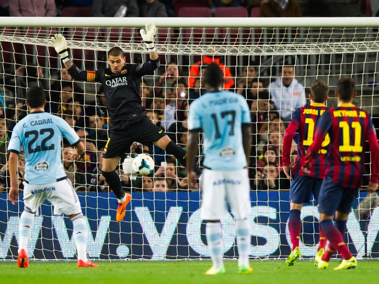 Victor Valdes of Barcelona injures himself against Celta Vigo